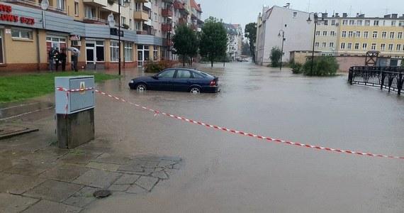 W Elblągu do zabezpieczania linii brzegowej rzeki Kumieli skierowano 50 żołnierzy. Układają oni worki z piaskiem i zapory, by nie dopuścić do przelewania się wody. Sytuacja w mieście się stabilizuje, przestał padać deszcz.