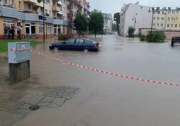 """W Elblągu wylała Kumiela. W terenie strażacy """"bronią"""" mostu na Elszce"""