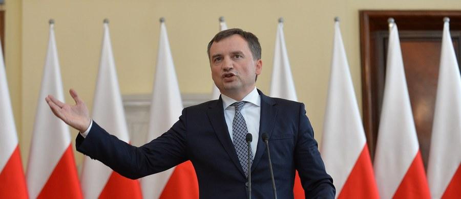 Minister sprawiedliwości-prokurator generalny Zbigniew Ziobro wniesie kasację ws. prawomocnego wyroku wobec łódzkiego drukarza, który odmówił wydrukowania plakatów fundacji LGBT. Staję po stronie wolności - gospodarczej i sumienia - podkreślił Ziobro.
