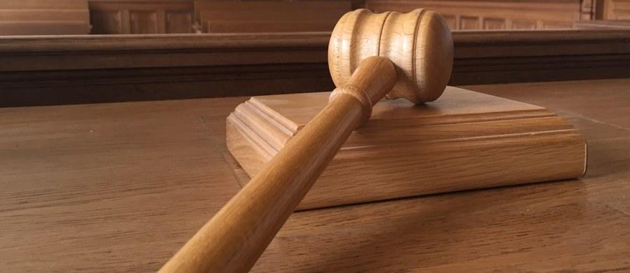 Sąd w Essen na zachodzie Niemiec skazał trzy osoby na kary grzywny za nieudzielenie pomocy starszemu mężczyźnie, który upadł podczas wizyty w banku i później zmarł. Oskarżeni twierdzili, że wzięli mężczyznę leżącego na podłodze za bezdomnego.