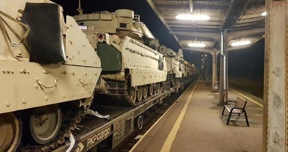 Wozy bojowe transportowane pociągiem z Gdańska na poligon w Żaganiu nie zmieściły się pod dachem na stacji w Kowalewie Pomorskim niedaleko Torunia. Policja potwierdza informacje RMF FM, że maszyny należą do armii USA.