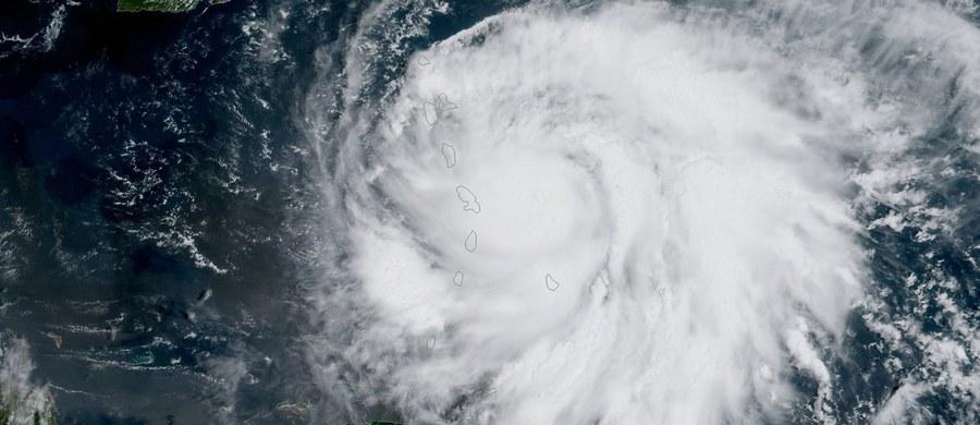 Huragan Maria osiągnął najwyższą kategorię w 5-stopniowej skali Saffira-Simpsona. Prędkość porywów wiatru dochodzi do 260 km/h. Żywioł uderzył w Dominikę - podało NHC, Krajowe Centrum ds. Huraganów USA. Oko huraganu przeszło 70 km na północ od Martyniki.