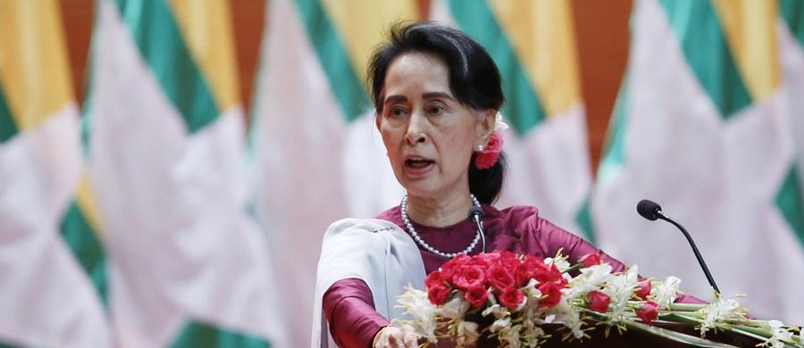 Birmańska przywódczyni Aung San Suu Kyi potępiła w przemówieniu do narodu wszystkie przypadki łamania praw człowieka w swoim kraju i zapewniła, że każdy winny nadużyć w ogarniętym konfliktem stanie Rakhine odpowie przed wymiarem sprawiedliwości.