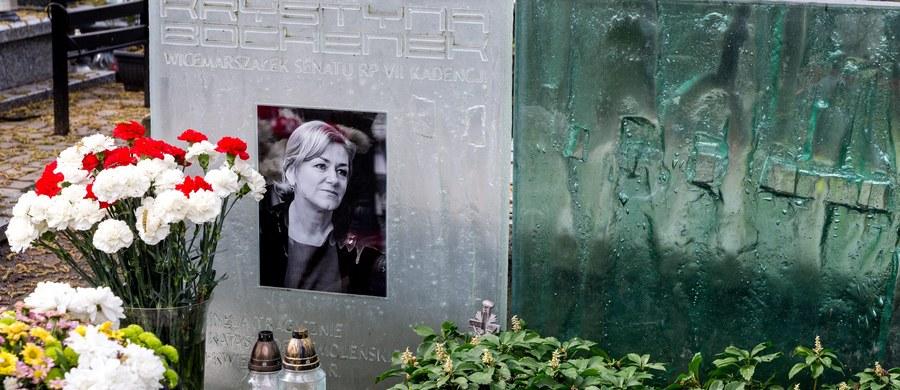 Na jednym z katowickich cmentarzy ekshumowano senator Krystynę Bochenek. Szczątki byłej wicemarszałek Senatu, która zginęła w katastrofie smoleńskiej, zostały przewiezione w asyście policji do Zakładu Medycyny Sądowej w Krakowie. Rodzina zmarłej sprzeciwiała się przeprowadzeniu ekshumacji.