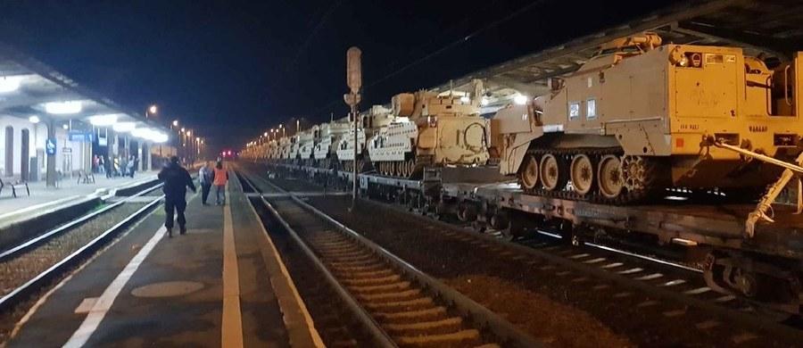 Prokuratura rejonowa w Golubiu-Dobrzyniu wszczęła postępowanie w sprawie wypadku transportu kolejowego przewożącego amerykańskie wozy bojowe. Wczoraj pociąg transportujący pojazdy armii USA zahaczył o wiatę dworca w Kowalewie Pomorskim w woj. kujawsko-pomorskim. 10 z 37 przewożonych wozów zostało uszkodzonych.
