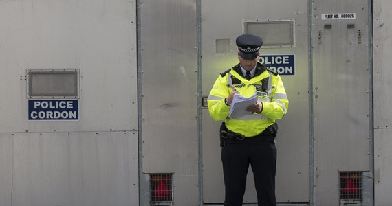 Brytyjskie media publikują szczegóły zatrzymań 18-latka i 21-latka podejrzanych o piątkowy zamach w londyńskim metrze. Mężczyźni przetrzymywani są na komisariacie w południowym Londynie. Starszy z nich Yahyah Farroukh został aresztowany przez policjanta przebranego za bezdomnego. Scotland Yard nie zaprzeczył, że w operacji zatrzymania 21-latka mogli uczestniczyć funkcjonariusze,  którzy prowadzą tego typu inwigilację.
