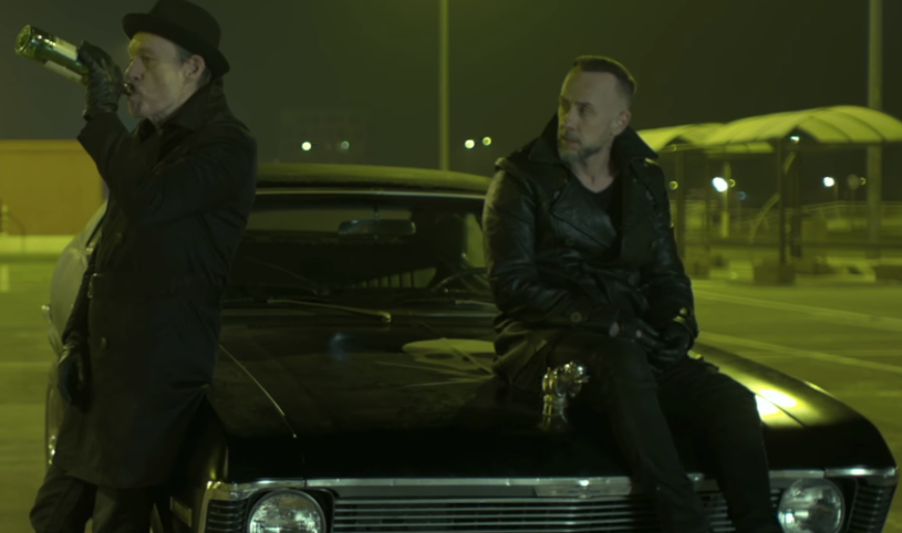 """Adam Nergal Darski zaprasza na nocną przejażdżkę w mrocznym teledysku """"Nightride"""" grupy Me And That Man."""