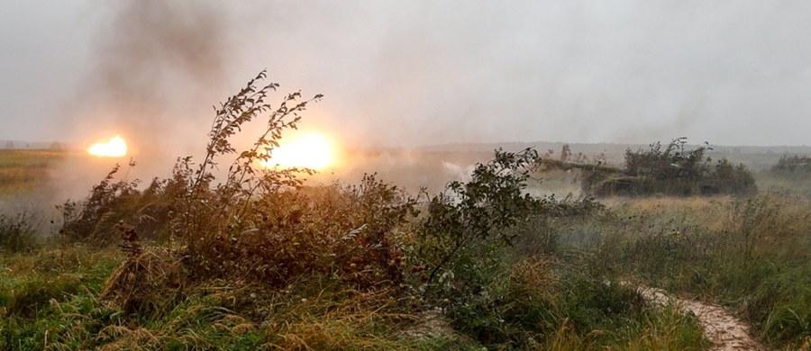 Rosyjski śmigłowiec mógł strzelać w stronę ochrony prezydenta - to nowe doniesienia w sprawie incydentu na poligonie podczas rosyjsko-białoruskich manewrów Zapad-2017. Rosyjski MON zaprzecza, by ktokolwiek został ranny na poliginie Łużskij w obwodzie leningradzkim. Według mediów, śmigłowiec Ka-52 miał wystrzelić niekierowane rakiety powietrze - ziemia w stronę obserwatorów. Ciężko ranne miały zostać dwie osoby, i zniszczone dwa samochody. Pojawiają się nowe fakty potwierdzające kompromitację Rosjan - informuje dziennikarz RMF FM Przemysław Marzec.