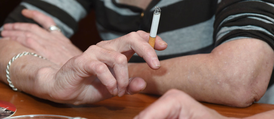 """W latach 90. XX wieku Polacy wypalali rocznie 100 miliardów papierosów, teraz - około 40 miliardów - mówił w Warszawie prof. Witold Zatoński, podczas prezentacji raportu Światowej Organizacji Zdrowia (WHO) o globalnej epidemii palenia. Światowa premiera tegorocznego raportu """"WHO report on the global tobacco epidemic 2017"""", odbyła się w lipcu w Nowym Jorku, a dziś zaprezentowano go w Warszawie."""