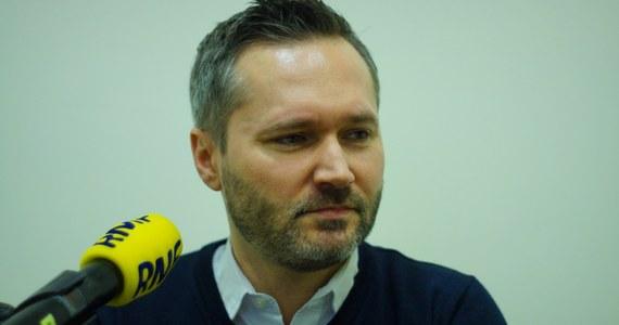 """""""Czekam na decyzję Zarządu Krajowego PO. (…) Czekam bez emocji"""" - tak Jarosław Wałęsa odpowiedział w Porannej rozmowie w RMF FM na pytanie Roberta Mazurka o to, czy będzie kandydował na prezydenta Gdańska. Pytany o swój spot """"Mój Gdańsk, moja Europa"""", który sfinansowany został przez Europejską Partię Ludową, podkreślił, że """"to nie jest kampania wyborcza"""". """"W tej chwili każde moje słowo może być traktowane jako kampania wyborcza. W pewnym momencie musimy powiedzieć 'nie': nie posuwajmy się do absurdu"""" - apelował europoseł Platformy Obywatelskiej. Przy okazji podkreślił: """"Państwowa Komisja Wyborcza ustosunkowała się do tego, bo ktoś na mnie doniósł - i nie dopatrzyła się tam elementów przedwczesnej kampanii wyborczej"""". Komentując sprawę reparacji wojennych od Niemiec, Jarosław Wałęsa stwierdził: """"Powiedzmy sobie szczerze: to, co PiS robi w tej chwili ws. reparacji, jest tylko i wyłącznie na potrzeby naszej wewnętrznej polityki. Gdyby podchodzili do tego poważnie, to przedstawiliby konkretne analizy prawne, wystosowaliby odpowiednie noty dyplomatyczne do Berlina i wszędzie tam, gdzie jest to konieczne. Tymczasem nic takiego nie miało miejsca"""". Dopytywany przez Roberta Mazurka, jakie jest jego zdanie ws. reparacji, Wałęsa odparł: """"Generalnie uważam, że w tej chwili nie ma sensu rozpoczynanie tej debaty. Jeżeli mówimy o reparacjach, to za chwilę będziemy się zastanawiać nad trwałością naszej zachodniej granicy. Wtedy możemy się zastanawiać, gdzie powinna być nasza wschodnia granica. Otwieramy puszkę Pandory""""."""
