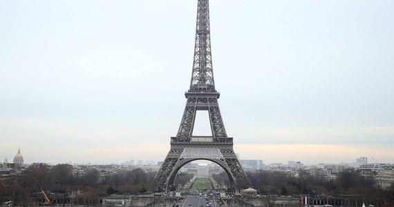 """Rozpoczęły się przygotowania do instalacji kuloodpornej szyby wokół wieży Eiffla. Konstrukcja ma mieć trzy metry wysokości, kosztować prawie 20 milionów euro i chronić """"damę Paryża"""" przed atakami terrorystów. Budowa potrwa co najmniej dziesięć miesięcy."""