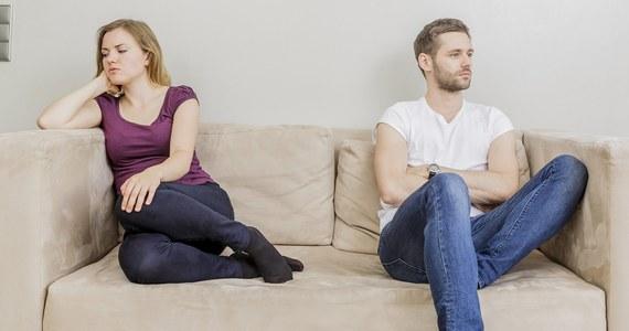 """Grono zaufanych przyjaciół, bliskie więzi z dalszą rodziną - wszystko to może pomóc twojemu małżeństwu. Wyniki badań psychologów z University of Texas w Austin pokazują, że bliscy nam ludzie mogą znacznie zmniejszyć stres zwiazany z konfliktami ze współmałżonkiem, mogą nawet ograniczyć ryzyko chorób, które z takimi - czesto nieuniknionymi - napięciami w domu się wiążą. Pisze o tym na swej stronie internetowej czasopismo """" Social Psychological and Personality Science""""."""