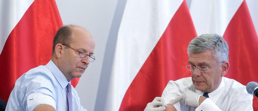 """Marszałek Senatu Stanisław Karczewski i minister zdrowia Konstanty Radziwiłł publicznie wzajemnie zaszczepili się w środę przeciwko grypie, by promować tę metodę profilaktyki chorób zakaźnych. Szef MZ podkreślał, że szczepienia są bezpieczne i skuteczne. """"Zachęcam wszystkich do promowania szczepień, do promowania szczepionek, do promowania zdrowego trybu życia"""" - powiedział marszałek, z wykształcenia lekarz. Dodał, że """"coraz silniejsze lobby antyszczepionkowe jest zupełnie pozbawione jakichkolwiek logicznych i naukowych podstaw""""."""