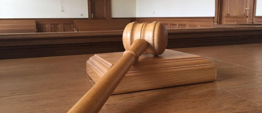 Warszawscy sędziowie odmówili głosowania poparcia nowej prezes Sądu Okręgowego i jej trzech zastępców. Od wyników tego głosowania sędzia Joanna Bitner uzależniała ostateczne pozostanie na stanowisku. Obradujące blisko 4 godziny zgromadzenie sędziów wydało też uchwałę, krytykującą odwołanie przez ministra sprawiedliwości ich poprzedniczek - informuje dziennikarz RMF FM Tomasz Skory.