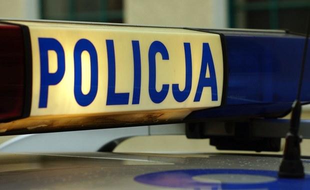 Dwie osoby trafiły do szpital po groźnie wyglądającym wypadku na ulicy Żmigrodzkiej we Wrocławiu. Kierowca auta przejeżdżającego obok przystanku stracił panowanie nad pojazdem.
