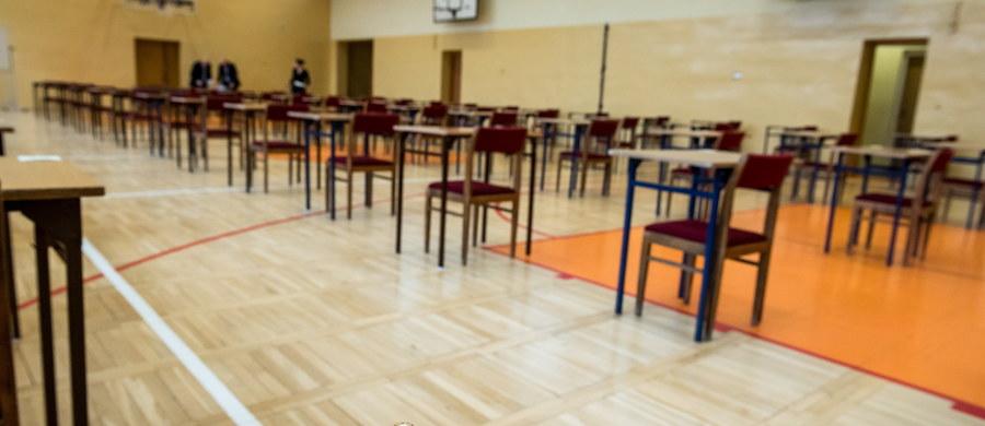 Niski poziom nauki i maszynki do wyłudzania pieniędzy - tak według NIK funkcjonują szkoły dla dorosłych. Według najnowszego raportu naukę kończy tylko co piąty uczeń, a do matury podchodzi co pięćdziesiąty.