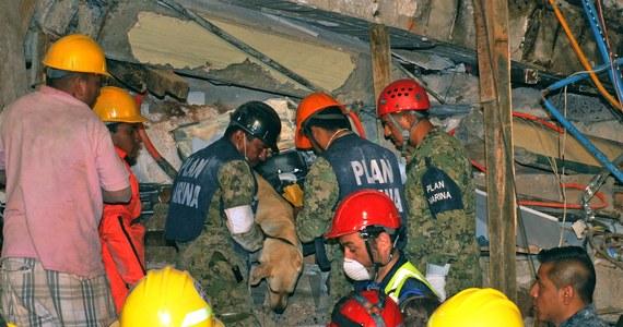 """W stolicy Meksyku trwa desperacka walka z czasem ratowników, którzy szukają żywych ludzi pod gruzami budynków zniszczonych przez trzęsienie ziemi. Spod gruzowiska szkoły, w której zginęło co najmniej 21 uczniów, jedno z dzieci wysłało wiadomość do rodziców. """"Pomóżcie nam, chce nam się pić!"""" - napisała dziewczynka na Whatsappie."""