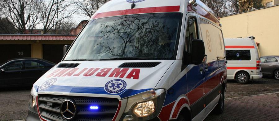 Agresywny pacjent z Gliwic zaatakował załogę karetki pogotowia. Pobił dwóch ratowników i uszkodził wyposażenie ambulansu.