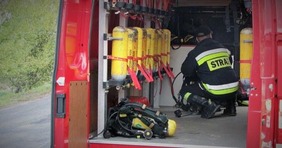 23 uczniów trafiło do szpitala na obserwację po tym, jak w Zespole Szkół Zawodowych w Zgorzelcu ktoś rozpylił gaz pieprzowy. Pusty pojemnik znaleziono w jednym z koszy na śmieci.
