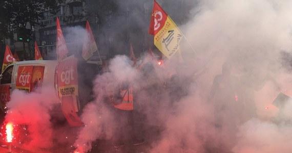 Kolejna wielka fala protestów w całej Francji przeciwko polityce prezydenta Macrona! W Nantes demonstracja zakończyła się starciami policji z bojówkami anarchistów, które zaczęły wznosić na ulicach barykady. Gęste kłęby dymu unoszą nad ulicami w centrum Paryża - związkowcy i skrajnie lewicowe bojówki protestują bowiem z zapalonymi racami w rękach. Przekonał się o tym korespondent RMF FM Marek Gładysz.