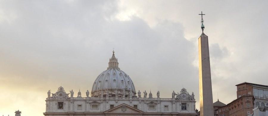 Po raz pierwszy watykańska żandarmeria usunęła bezdomnych z rejonu placu Świętego Piotra - podała w czwartek Ansa. Powodem tego kroku, o którym poinformowany został papież Franciszek, była troska o godny i przyzwoity wygląd okolic Watykanu - wyjaśniono.