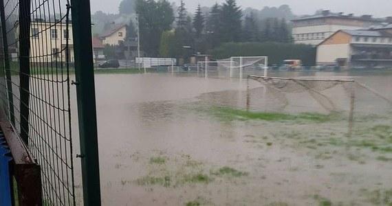 Z powodu intensywnych opadów deszczu na południu Polski zalane są m.in. piwnice oraz boisko piłkarskie w Andrychowie w powiecie wadowickim w Małopolsce. W województwie obowiązuje trzeci, najwyższy stopień ostrzeżenia meteorologicznego.