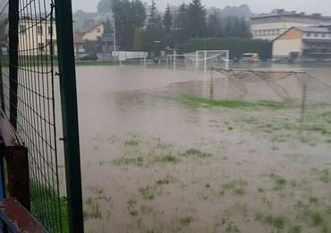 Po ulewach zalane piwnice i boisko w małopolskim Andrychowie