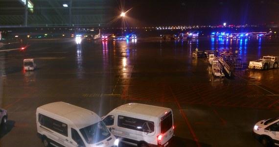 Awaryjne lądowanie na Okęciu - bombardier Q400 wylądował w asyście 13 zastępów państwowej straży pożarnej i oddziału strażaków dyżurujących na stałe na warszawskim lotnisku. Maszyna z 80 pasażerami na pokładzie leciała do Krakowa, a kilkanaście minut po starcie musiała zawrócić - donosi reporter RMF FM Grzegorz Kwolek.