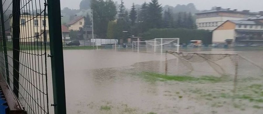 W związku z intensywnymi opadami deszczu straż pożarna interweniowała w czwartek w Małopolsce już 170 razy. Blisko 40 interwencji jest prowadzonych w czwartkową noc – poinformował PAP rzecznik małopolskiej Państwowej Straży Pożarnej, Sebastian Woźniak.