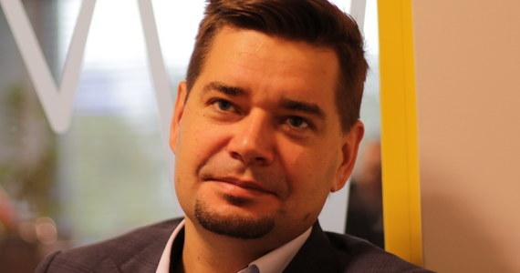 """""""Przygotowałem swoją żonę i dzieci na to, że mogę być zatrzymany, a swoich współpracowników w kancelarii, że może wejść CBŚP i zajmować akta klient"""" - mówi w Porannej rozmowie w RMF FM prof. Michał Królikowski. Jak ustalili nasi reporterzy, prof. Królikowski - bliski współpracownik prezydenta - znalazł się na celowniku prokuratury w śledztwie dotyczącym wyłudzeń podatku VAT. """"Jestem przekonany, że to nie ja jestem celem tej całej sprawy. Myślę, że jestem pionkiem, to że pionka można przewrócić, to jest jasne. Natomiast celem tego całego zabiegu jest - według mojej oceny - pan prezydent"""" - twierdzi prof. Królikowski. """"Cały ten zabieg służy temu, żeby zdyskredytować autorytet pana prezydenta i jakość przygotowywanych przez niego ustaw"""" - uważa gość Roberta Mazurka. """"Bezwzględnie nie chodzi o mnie. Wyobrażam sobie, że w poniedziałek, kiedy pan prezydenta przedstawi na konferencji przygotowane przez siebie ustawy, podstawowe pytania będą takie, dlaczego korzysta z usług przestępcy, żeby napisać ustawę o sądach"""" - mówi. """"Jeszcze półtora miesiąca temu minister sprawiedliwości - prokurator generalny - zwrócił się do mnie z prośbą, żebym napisał dla niego opinię prawną w związku z nowelizacją ustawy. Celem tej całej akcji jest prezydent, celem tej akcji jest to, żeby zdyskredytować go jako osobę, która przedstawi wiarygodną reformę wymiaru sprawiedliwości"""" - podkreśla gość Roberta Mazurka. """"Myślę, że jest bardzo prawdopodobne, że prokurator generalny idzie na wojnę z prezydentem"""" - mówi prof. Królikowski."""