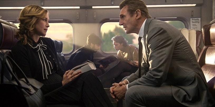 """Bohater kina akcji, Liam Neeson, powraca w trzymającym od pierwszej do ostatniej minuty thrillerze w reżyserii mistrza gatunku - Jaume'a Collet-Serry. """"Pasażer"""" - nowe dzieło twórcy przebojów """"183 metry strachu"""" i """"Non stop"""", to pełne gwiazd kino sensacyjne, o szybkości i mocy rozpędzonego pociągu."""