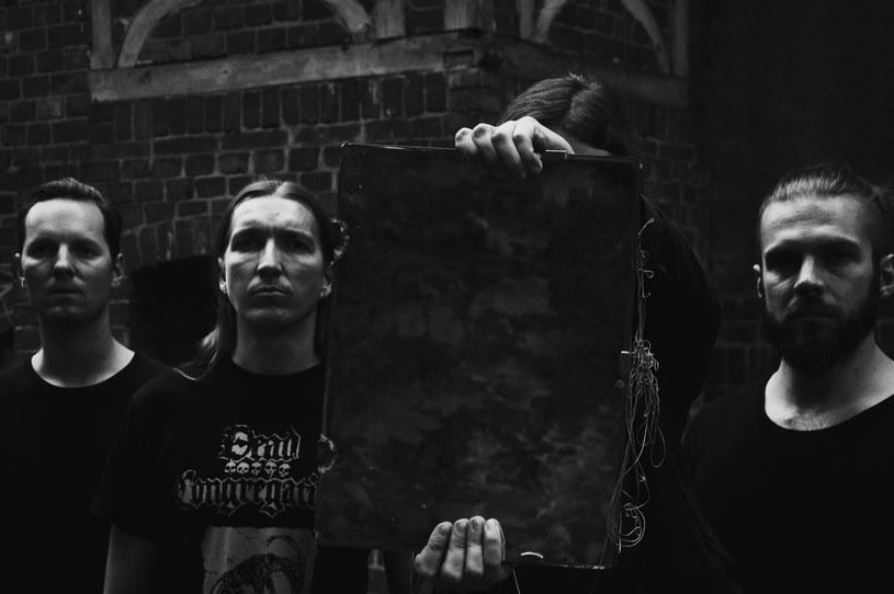 """- Muzyka metalowa, ze swoim silnym gatunkowym kagańcem, jest sama w sobie pewną przeszkodą, ale nie znaczy to, że nie należy próbować tego kagańca zerwać - mówi nam Cyprian Łakomy, wokalista grupy In Twilight's Embrace, której właśnie ukazujący się, czwarty album """"Vanitas"""" nie pozostawia wątpliwości, że zespół z Poznania nie tylko zrzucił z siebie kaganiec stylistycznych ograniczeń, ale i zerwał się z łańcucha stereotypowego myślenia o tym, co najważniejsze i ostateczne."""