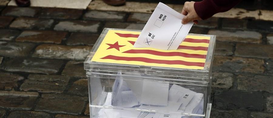 Hiszpańska prokuratura generalna wszczęła śledztwo dotyczące finansowania zaplanowanego na 1 października referendum niepodległościowego w Katalonii. Sprawdzane są firmy, które wspierają kampanię plebiscytu uznawanego przez Madryt za nielegalny. Jak poinformowały w piątek hiszpańskie media, od kilku dni prokuratura prowadzi dochodzenie wobec tych przedsiębiorstw. Sprawdzane są m.in. transfery pieniężne pomiędzy spółkami a komitetem organizacyjnym plebiscytu.