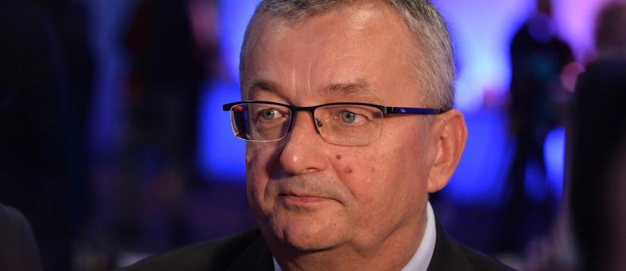 """Polskie Linie Lotnicze LOT powinny rozpocząć współpracę z PKP Intercity - poinformował minister infrastruktury i budownictwa Andrzej Adamczyk. """"Jestem przekonany, w takim duchu (...) moi pracownicy rozmawiają z szefami PKP Intercity czy też LOT-u, że dobrze ułożona współpraca to niewątpliwie efekt synergii, to rozwiązania korzystne przede wszystkim dla klienta, dla podróżnika, dla tego, kto korzysta z LOT-u, dla tego, kto korzysta z linii lotniczych czy z oferty PKP Intercity"""" - powiedział Adamczyk."""