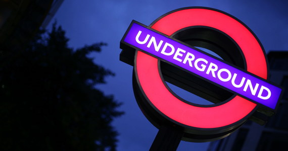 18-letniemu uchodźcy z Iraku Ahmedowi Hassanowi postawiono zarzutu usiłowania zabójstwa w związku ze zdetonowaniem bomby w pociągu londyńskiego metra. Do zdarzenia doszło 15 września na nadziemnej stacji Parsons Green. Na Hassanie ciąży ponadto zarzut użycia materiału wybuchowego.