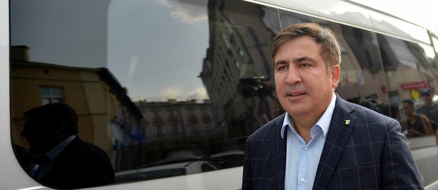 Sąd rejonowy w Mościskach w obwodzie lwowskim uznał byłego prezydenta Gruzji Micheila Saakaszwilego za winnego nielegalnego przekroczenia granicy Ukrainy i ukarał go grzywną o równowartości 461 złotych. Saakaszwili, którego prezydent Petro Poroszenko pozbawił ukraińskiego obywatelstwa, 10 września przedostał się na Ukrainę z pomocą swoich zwolenników. Wdarli się oni na przejście graniczne w ukraińskich Szeginiach, przerwali kordon oddziałów prewencyjnych i wprowadzili go do kraju. Wcześniej władze robiły wszystko, by Saakaszwili nie trafił na Ukrainę.