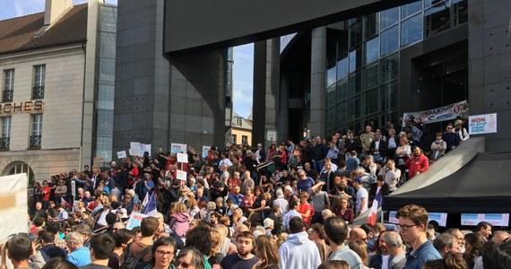 W czasie kolejnej już wielkiej demonstracji przeciwko polityce prezydenta Emmanuela Macrona doszło do starć z policją. Grupy ubranych na czarno anarchistów obrzuciły policjantów kamieniami i butelkami - funkcjonariusze odpowiedzieli pałkami.