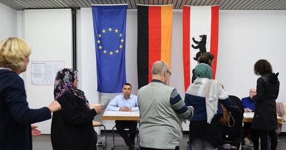 Niedziela jest w Niemczech dniem wyborów do Bundestagu. Sondaże dają zwycięstwo Angeli Merkel, która – jeżeli tak się stanie – będzie kanclerzem czwartą kadencję. Te same sondaże zapowiadają jednak zmiany w niemieckim parlamencie, a nawet w rządzie. W Faktach RMF FM i na rmf24 z uwagą śledzimy niemieckie głosowanie. W Berlinie jest nasz specjalny wysłannik Adam Górczewski, który na bieżąco relacjonuje rozwój wydarzeń.