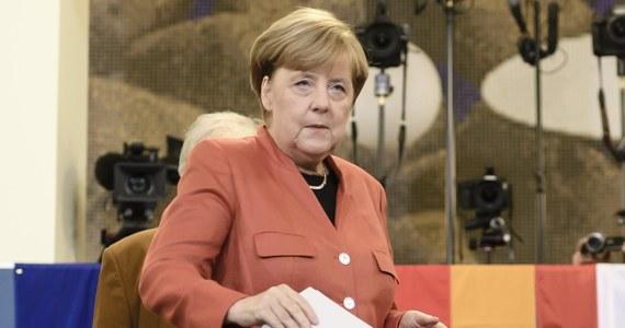 """Kanclerz Niemiec Angela Merkel zagłosowała w Berlinie, powstrzymując się przy tym od komentarza. Będąca faworytką wyborów szefowa CDU oddała głos w lokalu wyborczym zorganizowanym w stołówce Uniwersytetu Humboldtów. Wcześniej swój głos w wyborach oddał kandydat SPD na kanclerza Martin Schulz, który głosował w swoim rodzinnym Wuerselen, pod Akwizgranem, w Nadrenii Północnej-Westfalii. Przy okazji polityk zaapelował do wyborców, by oddawali głosy """"na jedną z partii demokratycznych""""."""