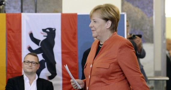 Blok partii chadeckich CDU/CSU Angeli Merkel wygrał, pomimo utraty części głosów, niedzielne wybory parlamentarne w Niemczech. SPD uzyskała najgorszy wynik w swojej historii i przechodzi do opozycji. Antyimigrancka Alternatywa dla Niemiec (AfD) jest trzecią siłą.