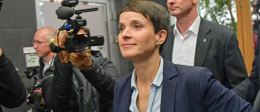 Partia Alternatywa dla Niemiec (AfD), która zdobyła po raz pierwszy miejsca w Bundestagu, rozpoczęła parlamentarną karierę od skandalu. Szefowa partii Frauke Petry oświadczyła w poniedziałek, że nie wejdzie do klubu parlamentarnego AfD.