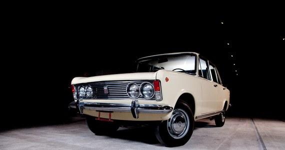"""Ile kosztował Fiat 125p i jak można było go zdobyć? Komu dzielnie służył przez dwie dekady? W jaki sposób wykorzystywany był w propagandzie sukcesu? Jak wyglądały wczasy zmotoryzowanych obywateli? Dlaczego utrzymanie samochodu w sprawności było nie lada wyzwaniem? Odpowiedzi na te i inne pytania odkryje przed odwiedzającymi wystawa """"P jak paradoks. Opowieść o Fiacie 125p"""" w Muzeum Inżynierii Miejskiej w Krakowie."""