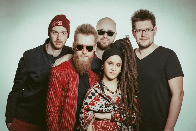 """Łącząca rock, soul, reggae czy r'n'b grupa Chilli Crew 7 listopada wyda debiutancki album """"a Ty"""". Zapowiedzią materiału jest singel """"Prośba""""."""