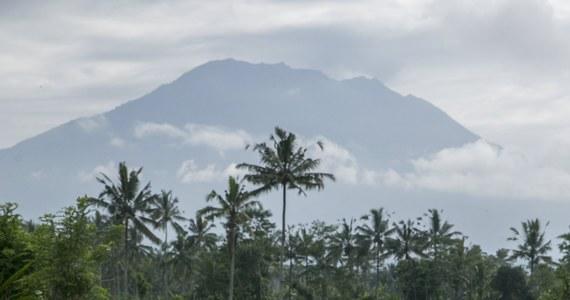 """Prawie 50 tys. mieszkańców popularnej wśród turystów indonezyjskiej wyspy Bali ewakuowano w ostatnich dniach z obawy przed erupcją wulkanu Agung - poinformowały indonezyjskie władze. Ostatni raz wulkan ten wybuchł ponad 50 lat temu. """"Liczba ewakuowanych wzrosła do 48 540 osób"""" - oświadczył na konferencji w Dżakarcie rzecznik indonezyjskiej agencji ds. klęsk żywiołowych Sutopo Purwo Nugroho."""