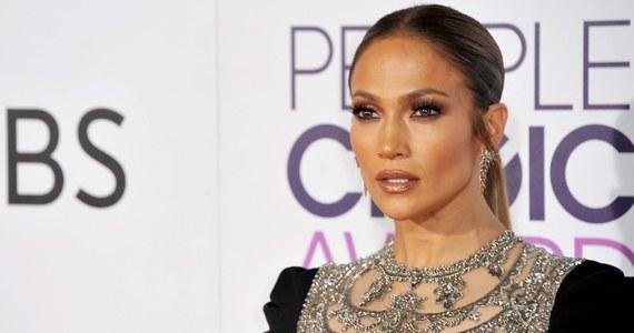 Jennifer Lopez przekazała 1 mln dolarów poszkodowanym przez huragan Maria w Portoryko. Mająca portorykańskie korzenie piosenkarka poinformowała o tym na konferencji prasowej.