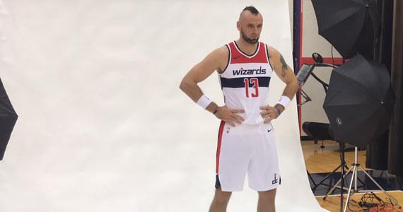 """""""Najważniejsze jest to, żebym był zdrowy"""" - mówi Marcin Gortat zawodnik zespołu Washington Wizards pytany o to, czego mu życzyć przed startem nowego sezonu. Dziś odbył się dzień otwarty w NBA. Dziennikarze mogli rozmawiać ze sportowcami na temat przygotowań do sezonu."""