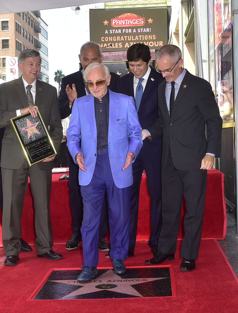 W hollywoodzkiej Alei Sław pojawiła się nowa gwiazda - tym razem dedykowana francuskiemu muzykowi Charlesowi Aznavourowi. Jak wybadała francuska prasa, za przywilej uhonorowania na Hollywood Boulevard, każda znamienitość musi zapłacić 40 tys. dolarów.