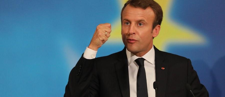 Prezydent Emmanuel Macron dał dowód swojej hipokryzji. Tak niektórzy obserwatorzy komentują nowy atak francuskiego przywódcy przeciwko polskim władzom. Macron wezwał m.in. polska młodzież, by organizowała debaty publiczne na temat przyszłości Unii Europejskiej, bo jego zdaniem program polskiego rządu zmierza do wyprowadzenia naszego kraju ze wspólnoty. Jednocześnie prezydent Francji nie chciał dyskutować z tymi francuskimi studentami, którzy protestowali przeciwko jego polityce.