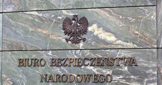 """""""Stałem się kozłem ofiarnym walki na wyższych szczeblach polityki"""" - tak pułkownik Czesław Juźwik w rozmowie z RMF FM skomentował swoje odejście z prezydenckiego Biura Bezpieczeństwa Narodowego. Były oficer w trybie natychmiastowym stracił stanowisko w związku z informacją, że w latach 80.  pracował w wojskowym kontrwywiadzie."""