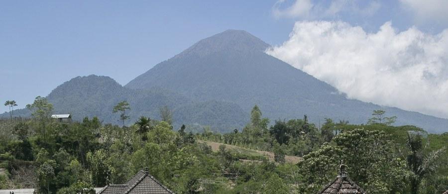 """Do 75 tysięcy wzrosła liczba ewakuowanych osób mieszkających w pobliżu wulkanu Agung na indonezyjskiej wyspie Bali. W piątek władze ogłosiły najwyższy poziom zagrożenia wulkanicznego. Z krateru wydobywa się biały dym, który - według ekspertów - ma zapowiadać """"nieuchronną"""" erupcję."""